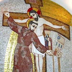 francesco abbraccia crocfisso mosaico